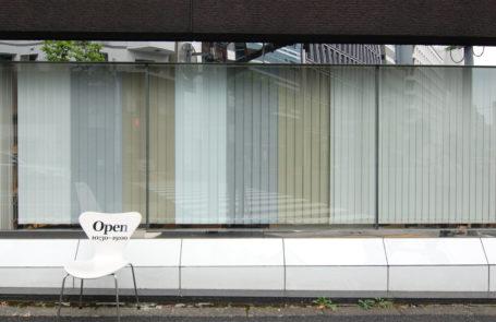 バーチカルブラインドの納品事例→説明:W294 x H173cm に、遮光、標準の各3色を配置しました。他社の製品と比較もできます。ぜひお試しください。 | verticalblind.jp